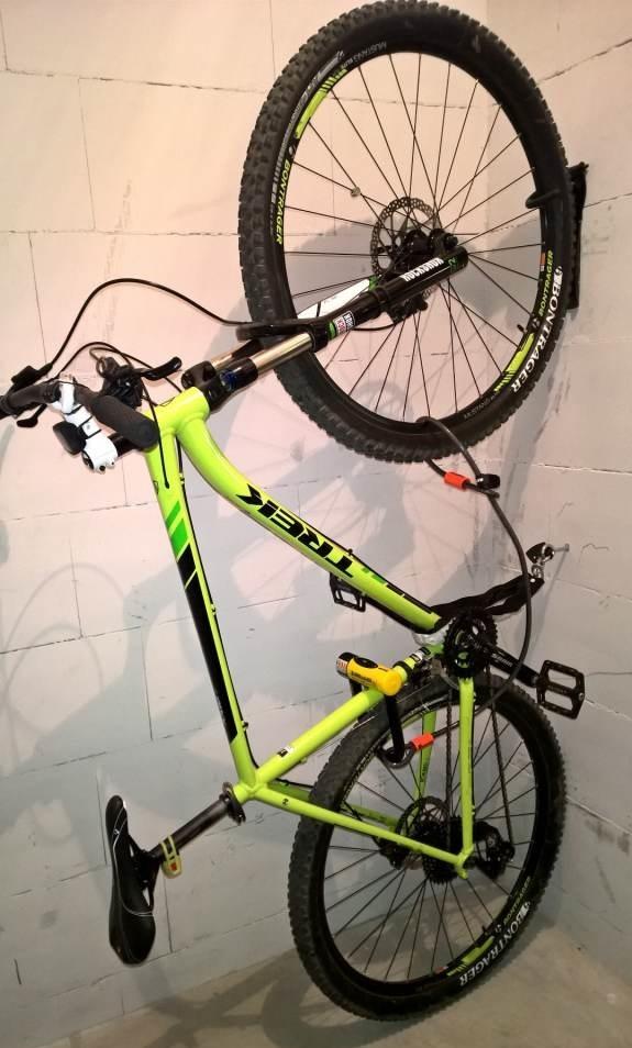 Zabezpieczenie roweru w piwnicy. Uchwyt trzymający rower za przednie koło przykręcony do ściany, niżej kotwa do zaczepienia i zabezpieczenia roweru łańcuchem, koła zabezpieczone linką kryptonite, która z kolei zaczepiona jest do u-locka który, przyczepiony jest do ramy roweru. W taki sposób zabezpieczam mój rower w piwnicy.