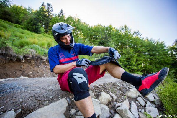 Bartosz Giemza testuje ochraniacze Solid Knee D3O