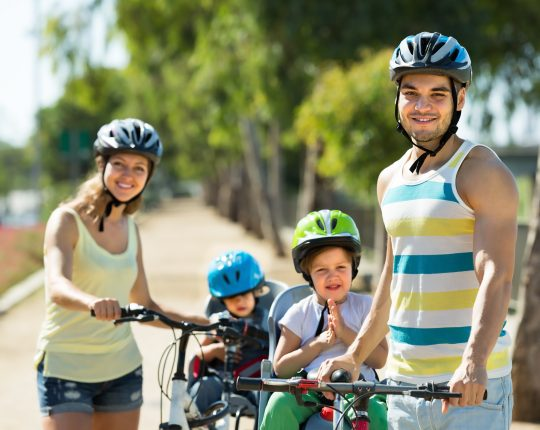 rodzina na rowerze dziele sie droga